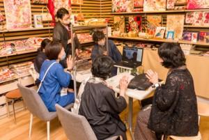 感染防止策が施された店内で行われたネット中継=24日、東京武蔵野市