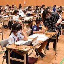 タブレット端末を活用して遠隔授業を受ける児童たち=27日、徳之島町亀津
