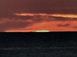 東シナ海の水平線上に出現したグリーンフラッシュ=20日午後7時20分ごろ、大和村国直で吉行さん撮影