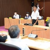 中学生9人が登壇し、方言継承などについて質問した和泊町子ども議会=30日、同町