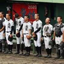 試合後、悔しい気持ちをこらえながら整列する徳之島=23日、鹿児島市の鴨池市民球場