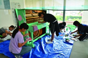 ライブ形式でピアノに絵を描いた徳之島高校美術部の部員ら=25日、徳之島町亀津