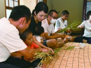 マコモを使った茶葉作りに取り組んだ講習会=26日、龍郷町幾里