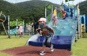 新設された大型遊具で遊ぶ子どもたち=31日、奄美市住用町