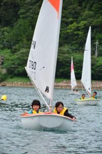 小型ヨットを操る児童たち=4日、瀬戸内町