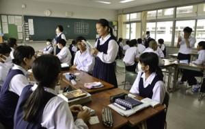 愛読書の魅力を紹介する生徒ら=9日、奄美市名瀬の大島高校