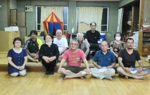 再結成された春日町自治会の役員ら(提供写真)