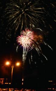 「コロナを吹き飛ばせ」との願いを込め、名音漁港で打ち上げられた花火=25日、大和村名音