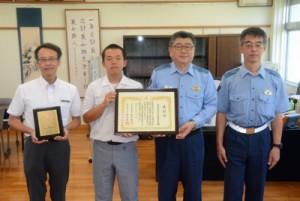 上井署長(右から2人目)から表彰状を受け取る沖永良部高校の生徒=6日、同校
