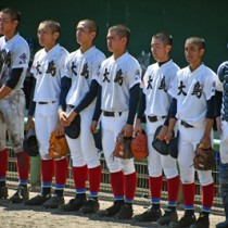 試合後、悔しい表情を見せる大島の選手ら=22日、鹿児島市の鴨池市民球場