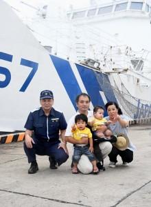 2年ぶりの再会を果たした佐和田さん親子と奄美海保の溜首席通信士(左)=16日、徳之島町亀徳