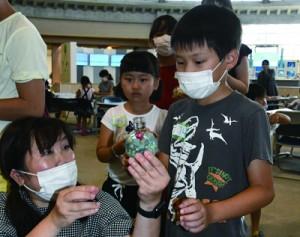 親子連れなど74人が参加したハーバリウム作りのワークショップ=奄美市笠利町の県奄美パーク