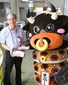 畜産応援プロジェクトで購入した牛肉を受け取る徳之島町の職員=10日、同町役場