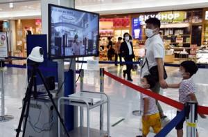 保安検査場入口に設置されたサーモグラフィーとセンサーカメラ=22日、霧島市の鹿児島空港