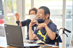 宇検村のやけうちの里で開かれた芦検親子会とほーらしゃ会の合同レクリエーションで、笑顔を見せる橋口真樹さん=23日、宇検村湯湾