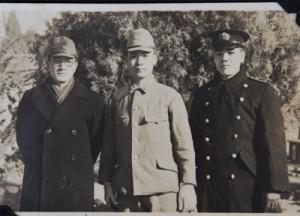 1944年1月30日に旅順の415部隊で知人の弟を訪ねた際の撮影とみられる写真。右端が島尾
