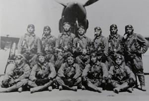 戦闘機の前で仲間と共に写真に写る宰さん(後列右端、提供写真)