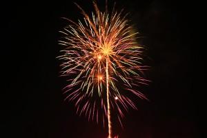 新型コロナウイルスの収束と子どもたちの笑顔を願い、打ち上げられた花火=1日、瀬戸内町古仁屋(森直弘さん提供)