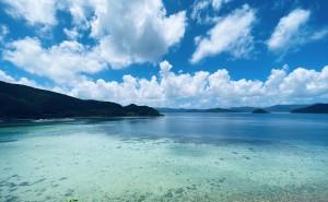 ターコイズブルーに輝く手安の浅瀬(上)と「嘉鉄ブルー」とも呼ばれる絶景が広がる湾内=瀬戸内町