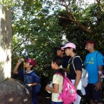 戦跡や碑を巡り、地域の歴史を学ぶ子どもたち=和泊町