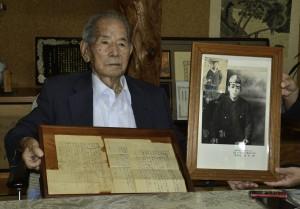 太平洋戦争で戦死した兄の遺品の手紙を受け取った西田俊男さん=11日、瀬戸内町勢里