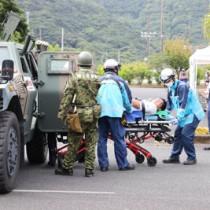 地震と津波の発生を想定した宇検村の防災訓練=23日、同村湯湾(提供写真)