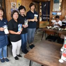 魚匠が店内にオープンした食堂と従業員(左側の4人)=4日、奄美市笠利町外金久
