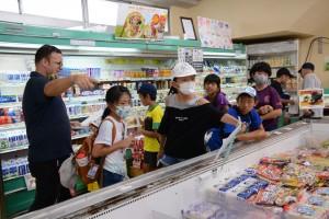 買い物の場面で役立つ英語を実践で学ぶ児童ら=11日、瀬戸内町