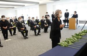 約70人が参列した奄美市の戦没者合同慰霊祭=15日、同市名瀬
