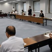 新たな警戒基準などについて協議した県の新型コロナ対策本部会議=25日、鹿児島市