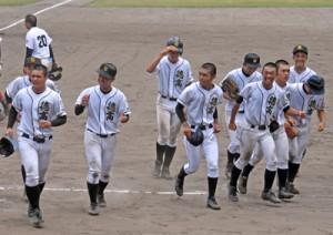 試合後、笑顔を見せる徳之島=21日、奄美市の名瀬運動公園市民球場
