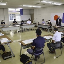 障害福祉計画・子ども療育計画策定に向けた策定委員会の初会合=24日、龍郷町役場