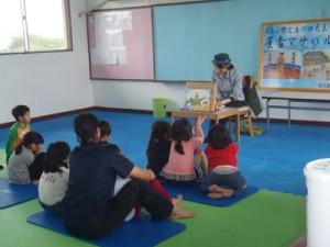 紙芝居「屋者マサバル」を披露する住民ら(提供写真)