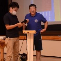 村民の前で体重を測定する元山公知宇検村長=27日、宇検村湯湾