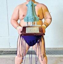 十両優勝のトロフィーを持つ明生関=2日、東京・両国国技館(本人提供)