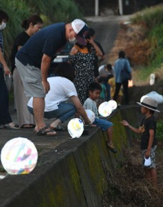 住民が製作した灯籠をライトアップしたキャンドルナイト=8日、伊仙町阿権