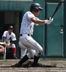 延長十回、二塁打を放った徳之島の幸田=21日、奄美市の名瀬運動公園市民球場