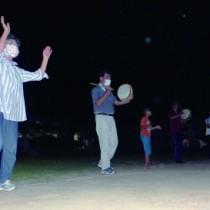 八月踊りで集落住民との交流を深めた薩川子ども会のデイキャンプ=21日、瀬戸内町
