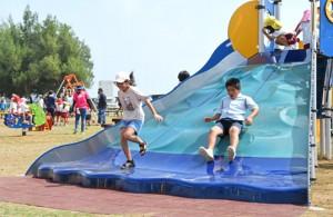 亀津児童公園に完成した大型遊具で遊ぶ子どもたち=17日、徳之島町亀津