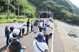 長瀬海岸で対馬丸について説明を受ける参加者(提供写真)