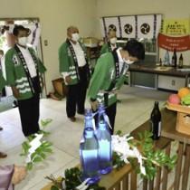 開饒神社の例大祭でキビ豊作を祈った参加者=29日、大和村思勝