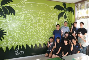 制作した徳之島高校美術部の部員と完成壁画=30日、徳之島町花徳