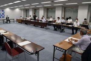 県の病床確保計画を定めた新型コロナウイルス感染症調整本部会議=18日、鹿児島市の県庁