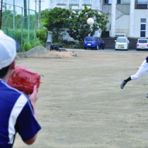 久しぶりの練習に励む野球部の部員たち=26日、与論中学校