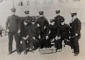 1944年1月1日に旅順の海軍予備学生教育部学生舎東入口前で撮影したとみられる写真。右から2人目が島尾