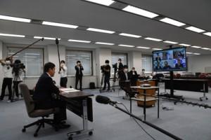 テレビ会議で新型コロナ対策への取り組みを説明する塩田知事(左)=8日、鹿児島市の県庁