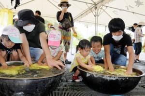 草木染めを体験する参加者=23日、奄美市笠利町の県奄美パーク