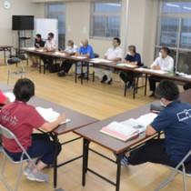 施設の方向性を話し合った総合交流アリーナ建設事業推進協議会=27日、和泊町