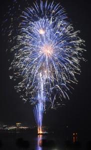 コロナ収束の願いとともに名瀬湾夜空を彩る花火=1日、奄美市名瀬