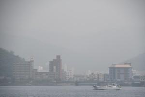 ①煙霧が観測された奄美市の名瀬市街地=31日午後2時半ごろ、名瀬港観光船バースから撮影